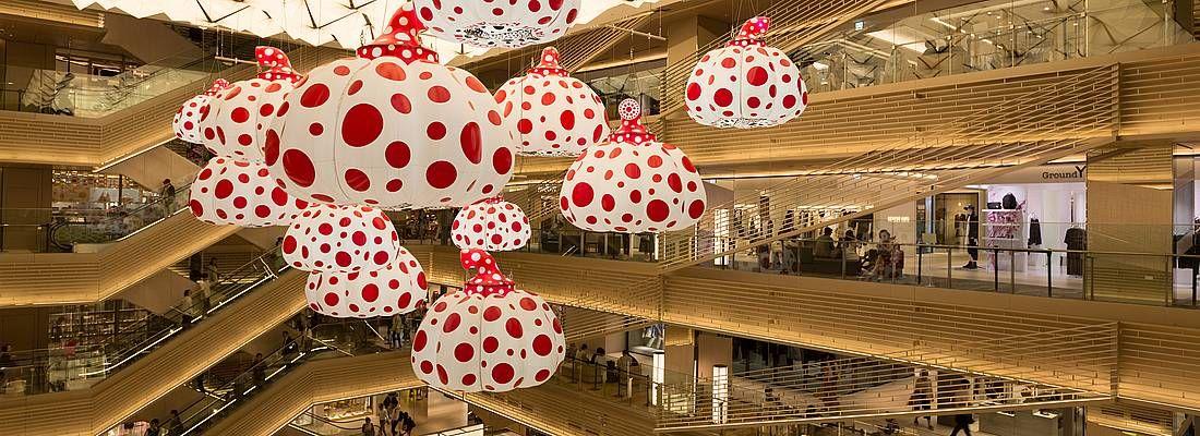 Il centro commerciale Ginza Six, con opere d'arte di Yayoi Kusama.