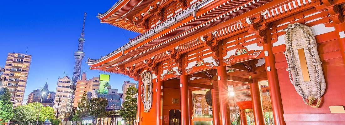 Il tempio Senso-ji di Asakusa e in lontananza la Tokyo Sky Tree.