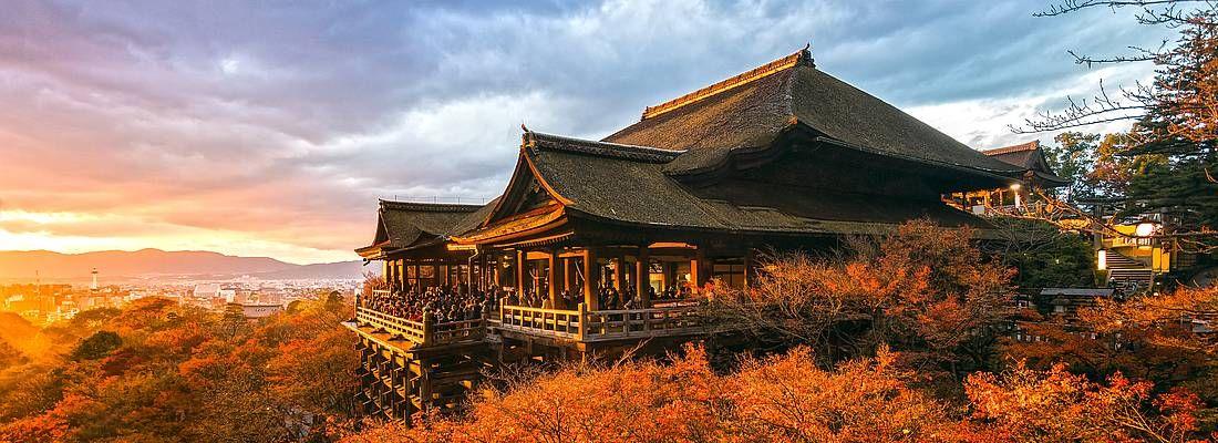 Il tempio Kiyomizu-dera di Kyoto, in autunno, al tramonto.