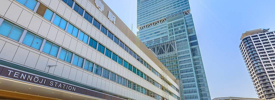 La stazione di Abeno Harukas e una parte dell'impoente grattacielo.