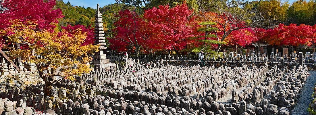 Piccole statue di Buddha al tempio Adashino Nenbutsu-ji.