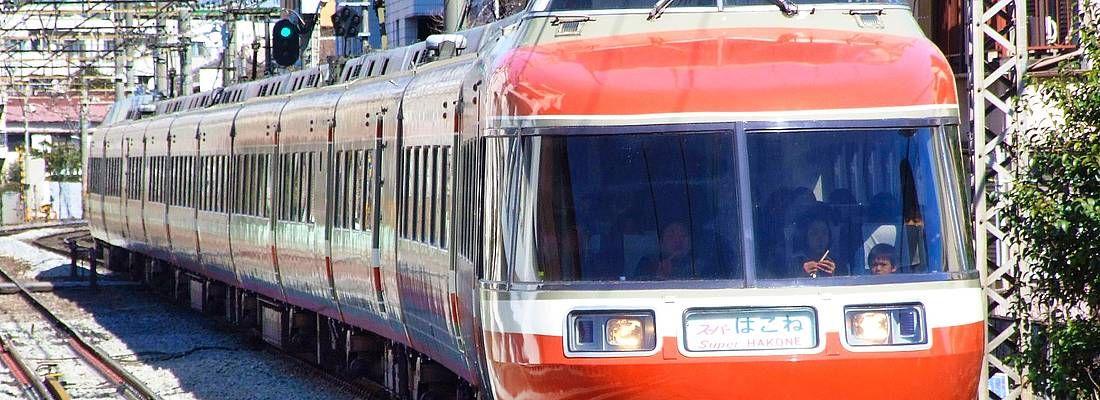 Il treno che porta ad Hakone, visto da davanti.