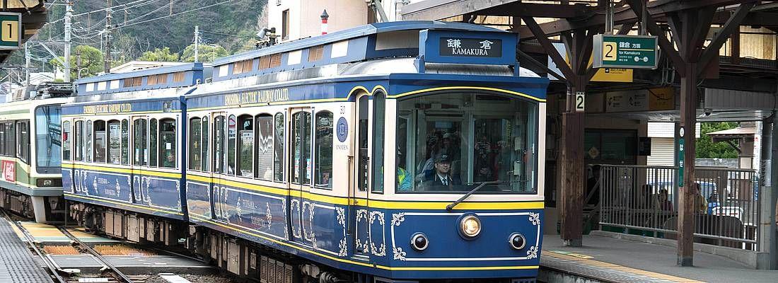 Treno della linea Enoden fermo nella stazione di Hase, diretto a Kamakura.