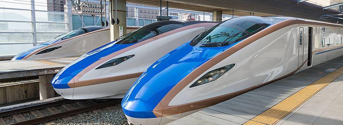 Treni shinkansen della serie E7/W7, diretti a Kanazawa.