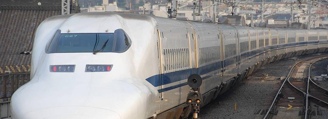 Treno shinkansen visto da davanti.