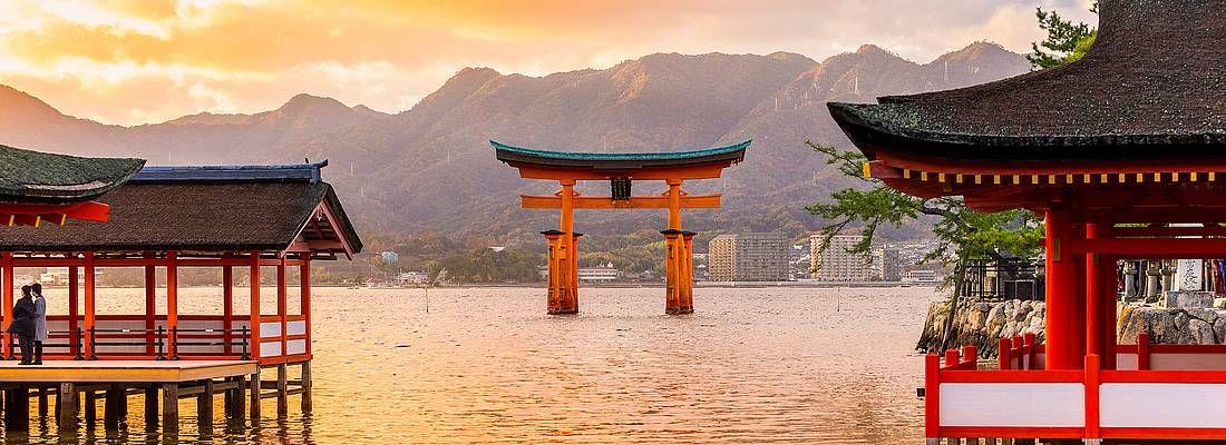 Il torii di Miyajima visto dal santuario Itsukushima, al tramonto.