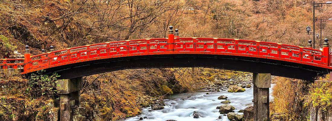 Il sacro ponte rosso Shinkyo a Nikko, in autunno.