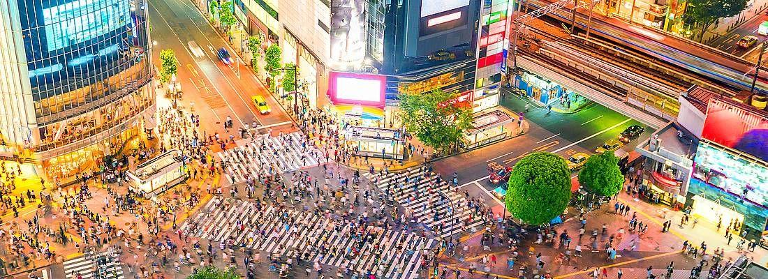 L'incrocio di Shibuya visto dall'alto, di sera, gremito di gente.