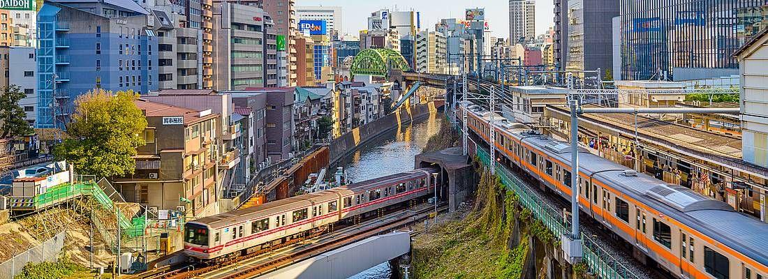 Splendida visuale delle ferrovie a Tokyo, nella zona di Ochanomizu.