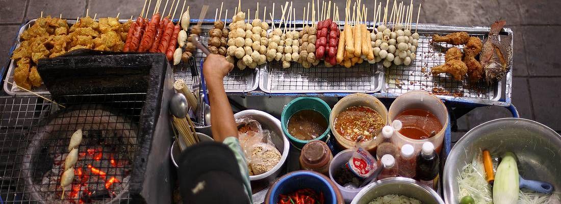 Spiedini e vari ingredienti della cucina thailandese.
