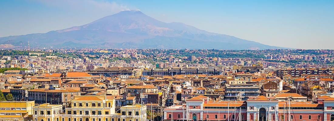 Il porto di Catania e sullo sfondo l'etna.