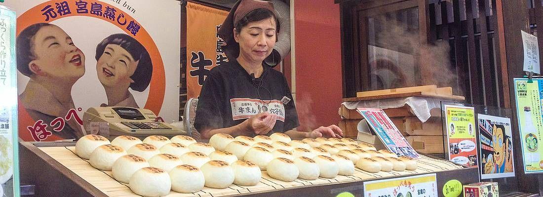 Negozio con vari snack sull'isola di Miyajima.