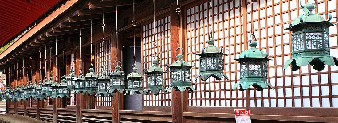 Lanterne in un tempio. Nara.