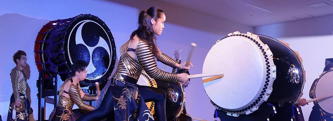 Percussionista suona il tamburo taiko durante uno spettacolo di Drum Tao.
