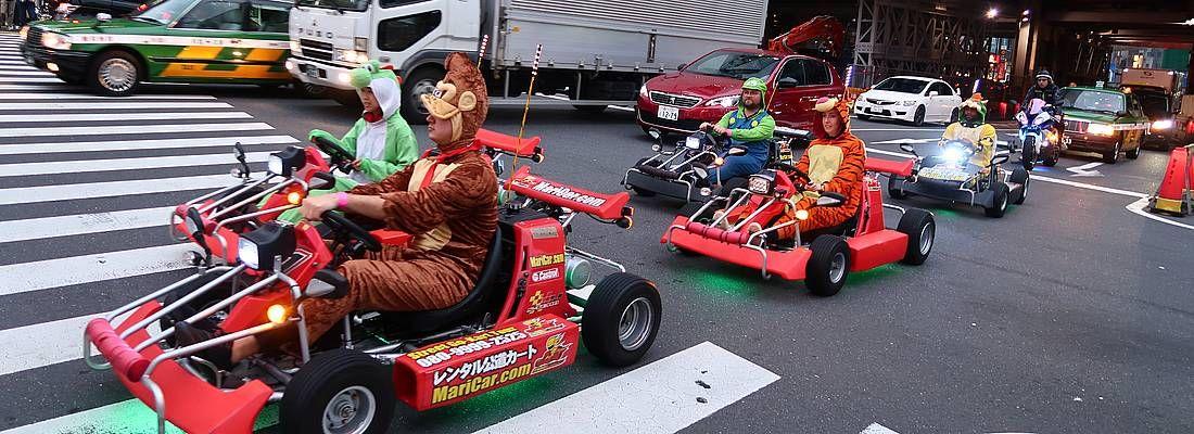 Go Kart sfrecciano per le strade di Tokyo.
