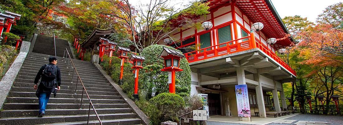 Le scale che portano al tempio nella zona di Kurama-Dera.