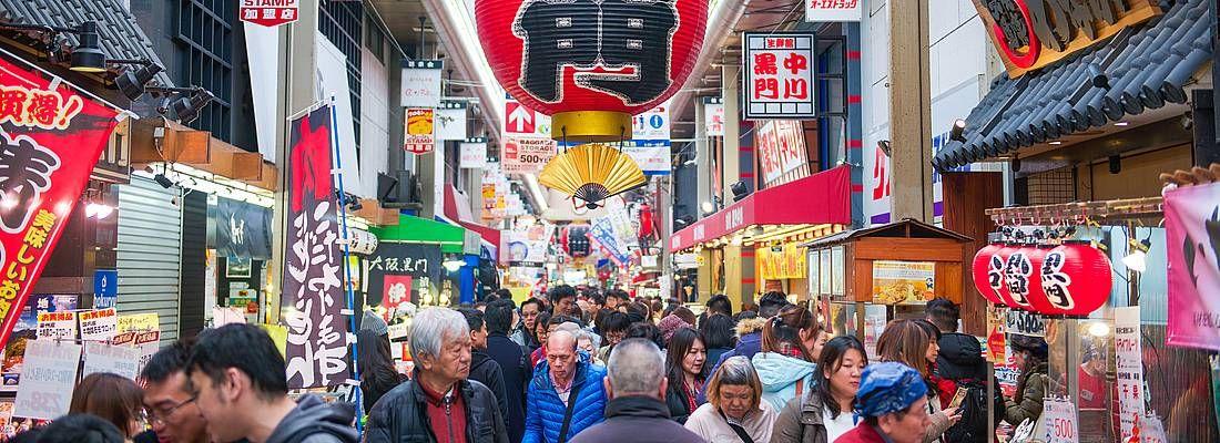 Strada coperta al mercato Kuromon di Osaka.