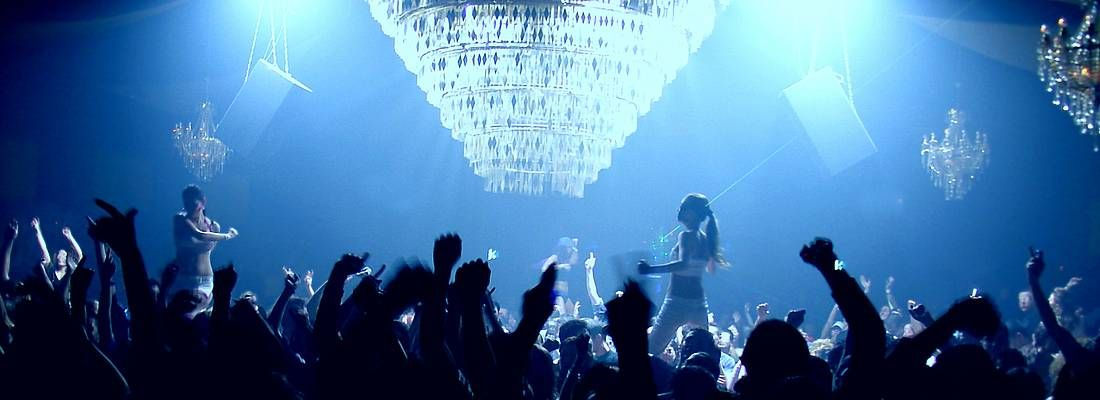 Folla balla durante una serata al club Ageha a Tokyo.