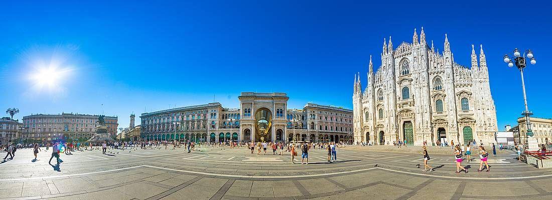 Vista fisheye di piazza Duomo a Milano.