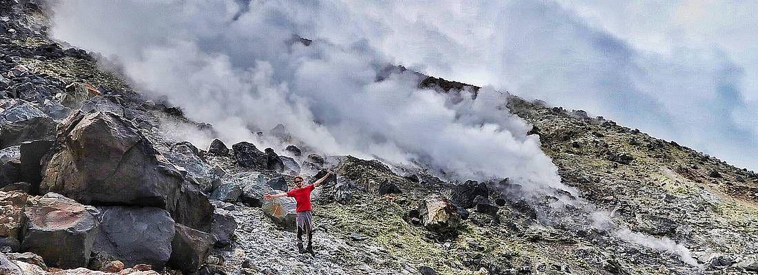 Marco Togni vicino alle fumare del vulcano Monte Nasu.