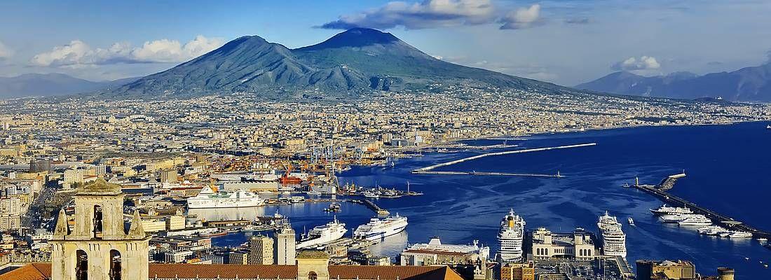 Vista panoramica di Napoli, con il Vesuvio sullo sfondo.