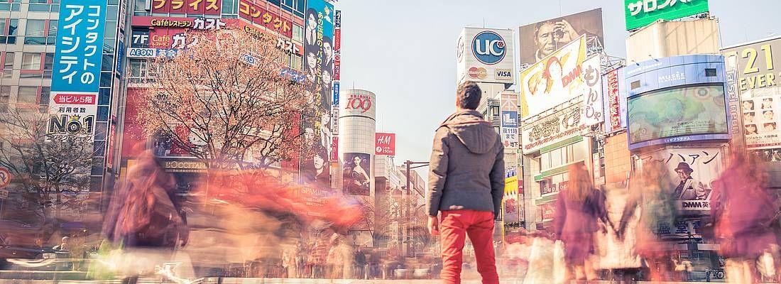 Un ragazzo fermo all'incrocio Shibuya.