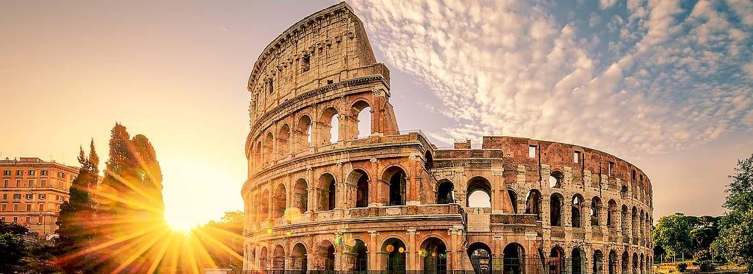 Il Sole tramonta dietro al Colosseo.
