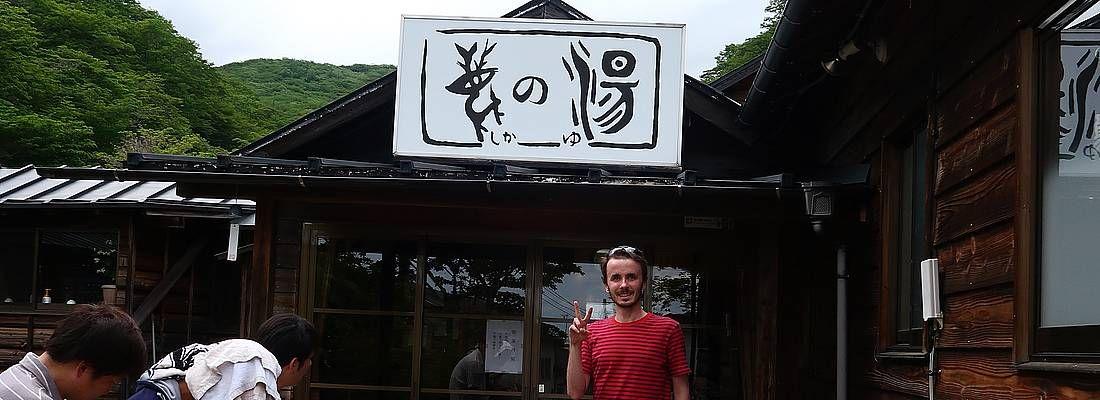 Marco Togni all'ingreso del'onsen Shika no Yu.