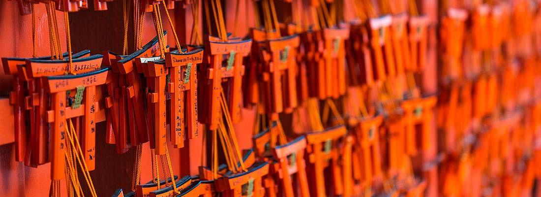 Piccoli torii dove è possibile scrivere i propri desideri, al Fushimi Inari di Kyoto.