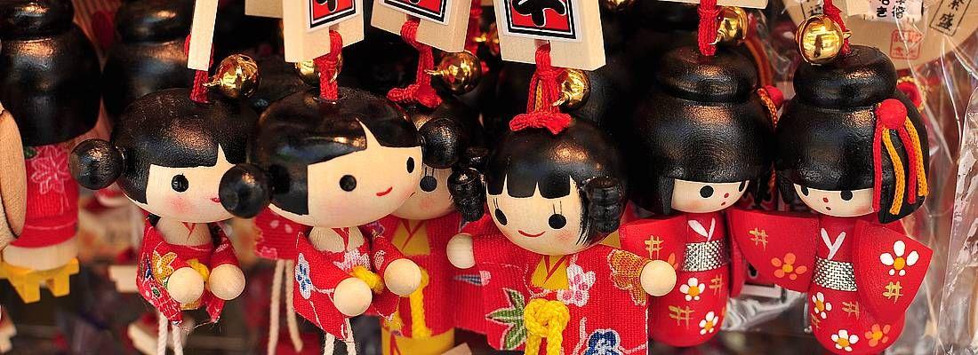 Portachiavi con bambole kokeshi in un negozio di souvenir a Tokyo.
