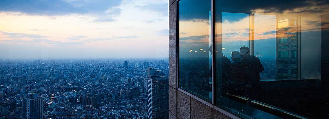 Turisti ammirano Tokyo dall'alto, dalle finestre del Tokyo Metropolitan Government Office.