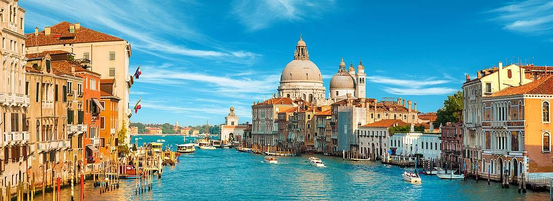 Magnifica vista di Canal Grande a Venezia in una giornata di sole.
