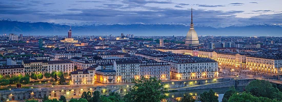 Panorama di Torino al tramonto, con la Mole Antonelliana sullo sfondo.