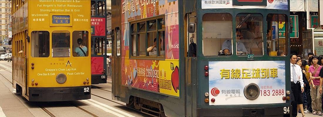 Tram a due piani per le strade di Hong Kong.