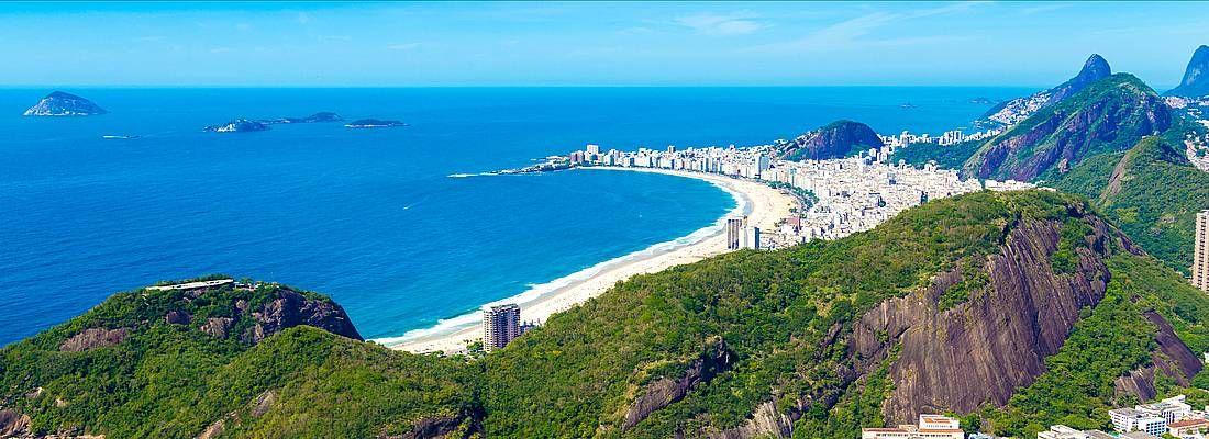 Una spiaggia brasiliana e l'Oceano, visti dall'alto.