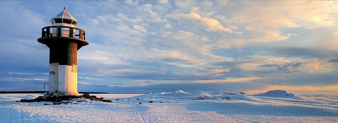 Faro in un paesaggio ghiacciato in Finlandia.