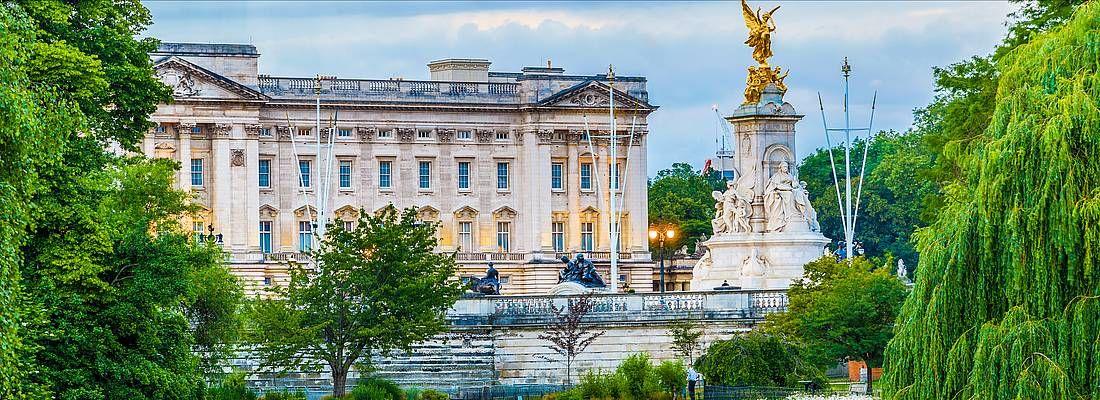 Buckingham Palace a Londra visto dalla zona dei giardini.