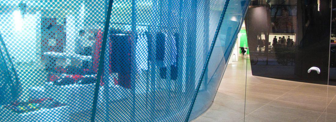 Le vetrine di Comme Des Garçons ad Aoyama.