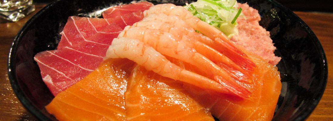 Donburi: ciotola di pesce crudo con salmone, tonno, gamberi.