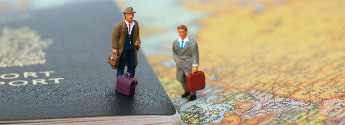 Passaporto su una mappa.