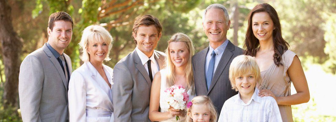 Fotografia di gruppo ad un matrimonio.