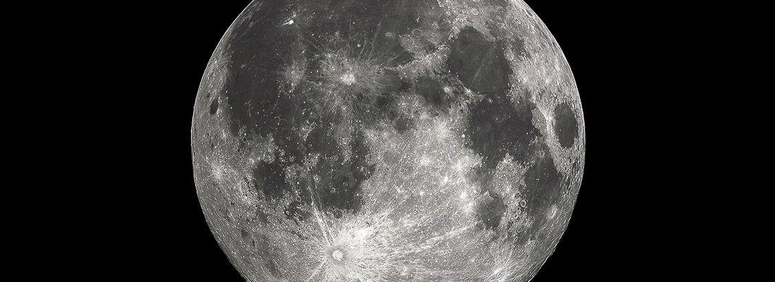 La luna vista con un teleobiettivo.