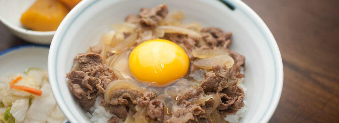 Ciotola di gyudon, con uovo crudo.