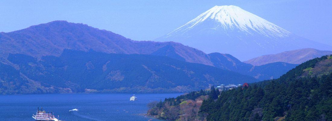 Il lago Kawaguchi-ko e il monte Fuji sullo sfondo. In primo piano, piccolino, il torii del Santuario di Hakone.