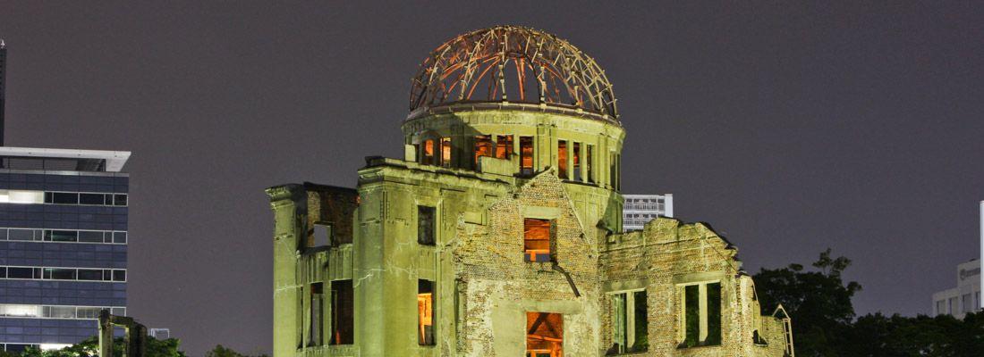 Il monumento A-Dome al Parco della Pace di Hiroshima, di notte.