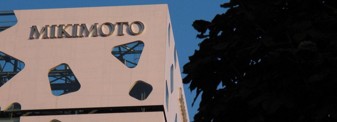 Esterno dell'edificio Mikimoto a Ginza, con le caratteristiche finestre da forme stravaganti.