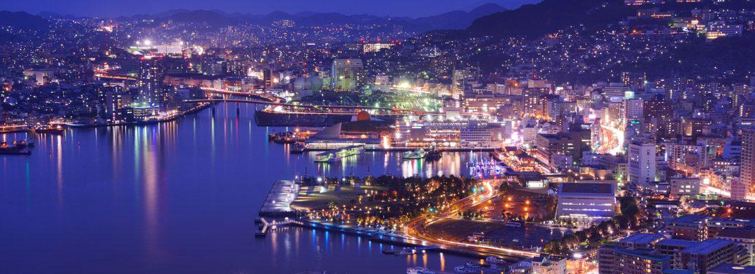 Splendida vista del porto di Nagasaki, di notte.
