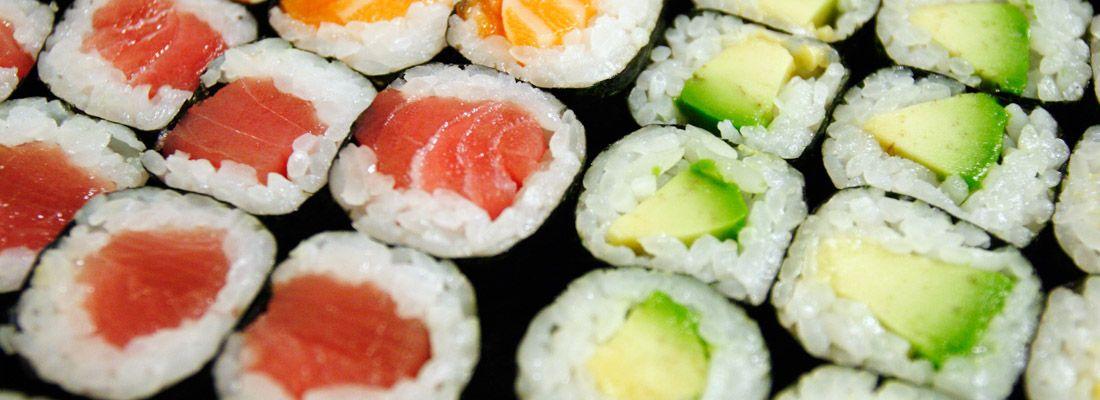 Vari tipi di maki sushi: salmone, tonno, avocado.