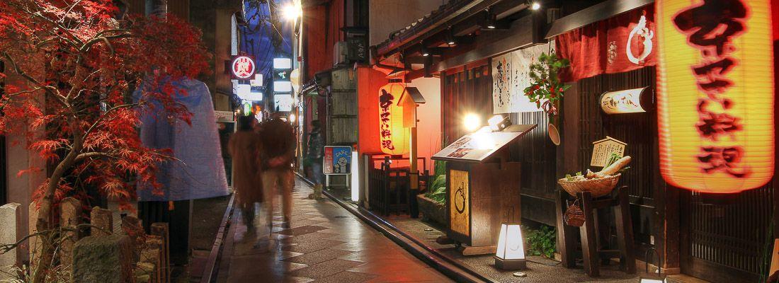 Luci e lanterne all'esterno di ristoranti giapponesi tradizionali, nella strada Ponto-cho a Kyoto.