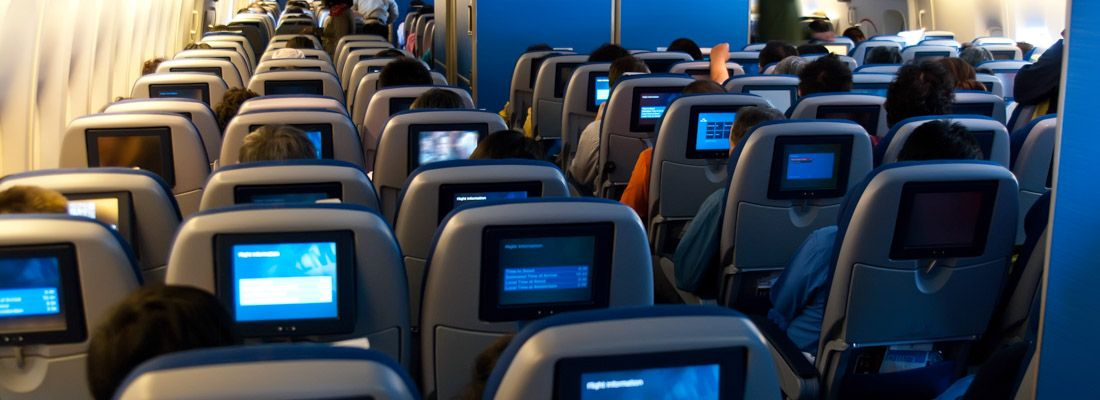 Interno di un aereo, in classe economy.